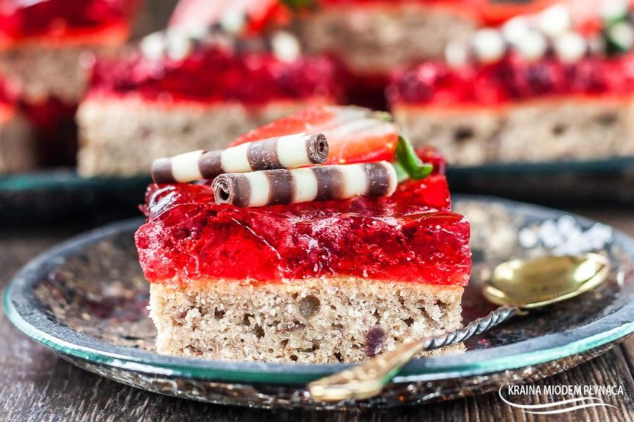 ciasto ucierane, ciasto z galaretką, ciasto z dżemem, ciasto truskawkowe, wypieki z galaretką truskawkową, wypieki z dżemem truskawkowym, kraina miodem płynąca, truskawki, ozdoby słodki świat