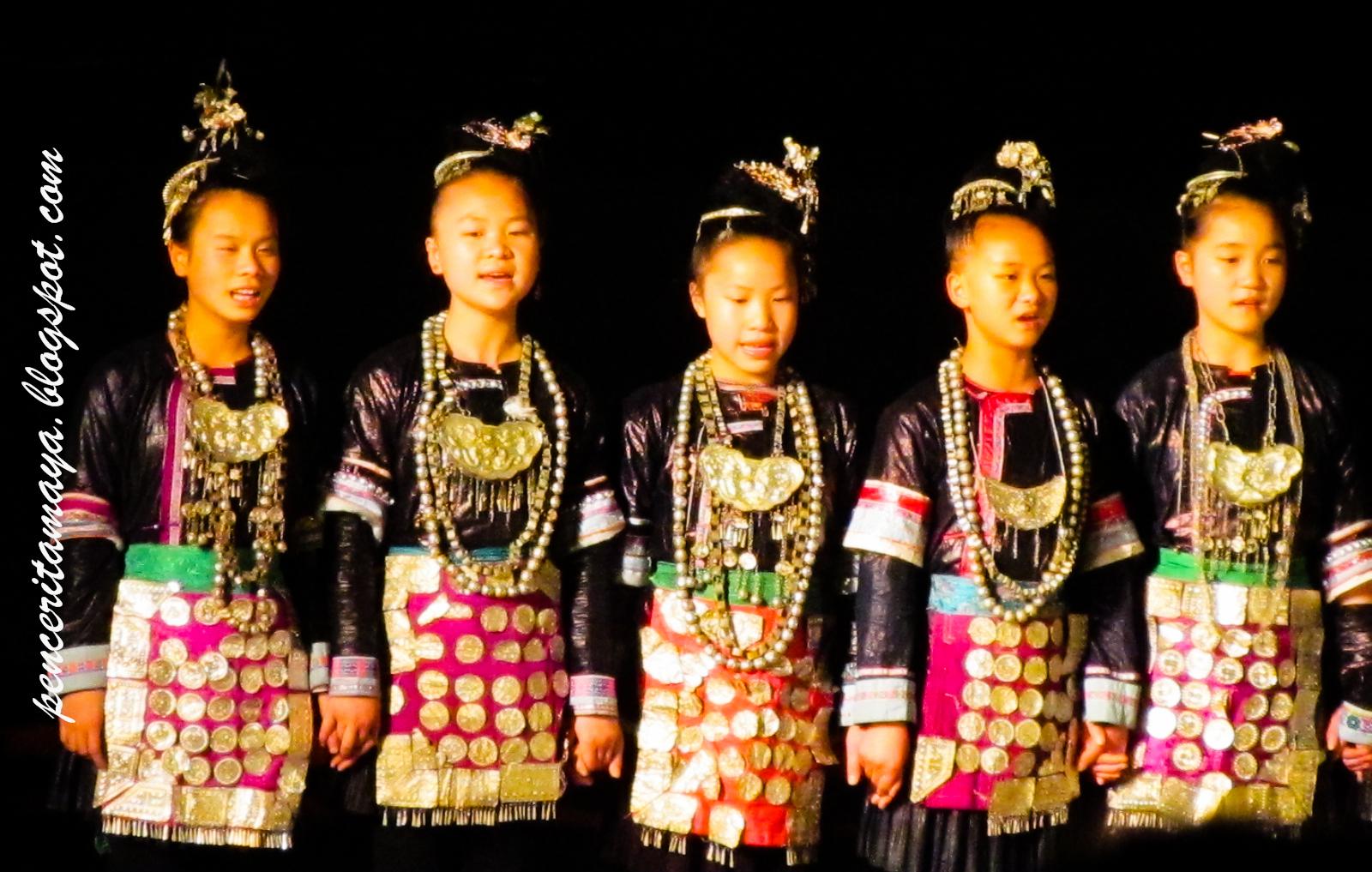 nyanyian dari anak anak gadis semangat masing masing menyanyi