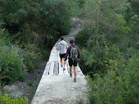 Creuant el pont sobre el Torrent de la Por