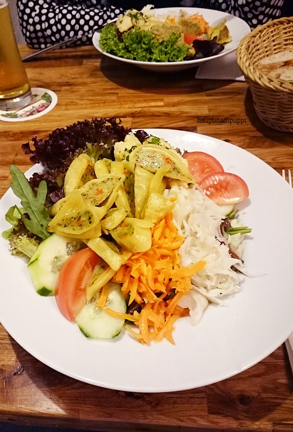 Lecker Maultaschen-Salat vegetarisch in der Feinbäckerei in Berlin - Hauptstadtpuppi