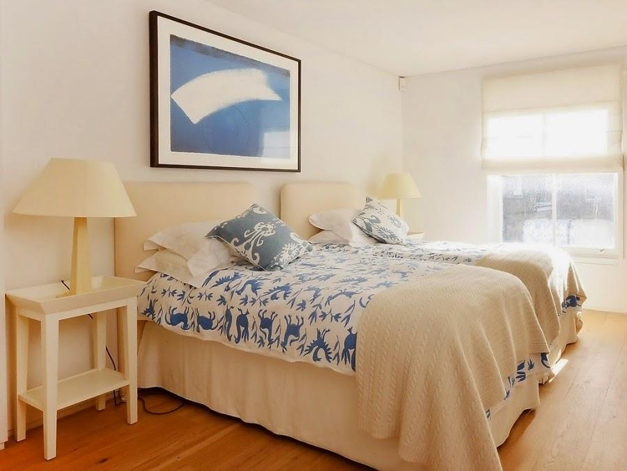 sypialnia, łóżko, narzuta, stolik, lampka, obraz, poduszki