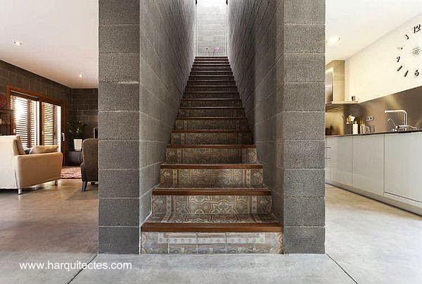 Escalera de concreto en el centro del nivel inferior