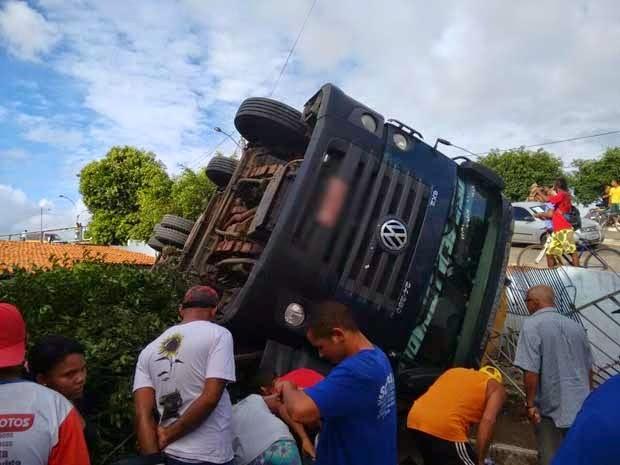 Acidente teria acontecido após caminhão passar por quebra-molas (Foto: Dell Santos / blog jequieeregiao.com.br)