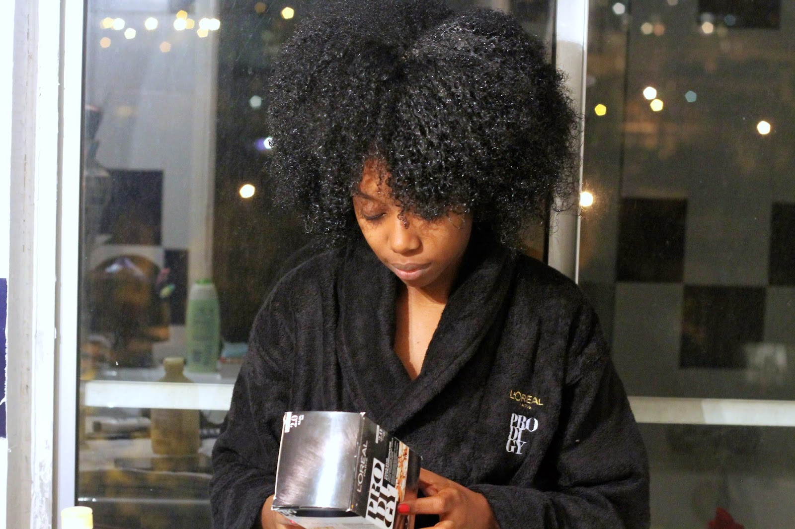 me voil avec la tte entirement recouverte de coloration noir kajal il faut la laisser agir pendant 30 minutes maximum mes cheveux sont devenus noirs au - Coloration Pour Cheveux Crpus Peaux Noires