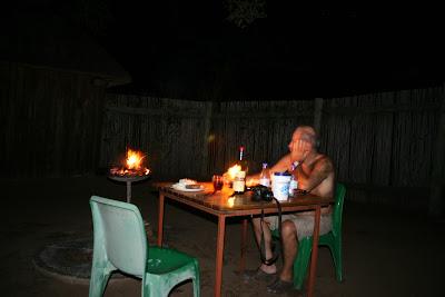 Een stikdonkere Afrikaanse nacht bij Shipandane night hide zonder 'lichtvervuiling' , waarin er steeds meer sterren aan het firmament gaan flonkeren.