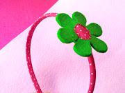 Diadema con Flor. Publicado por Cogido con hilos en 1.3.12 (diadema rosa flor verde feb )