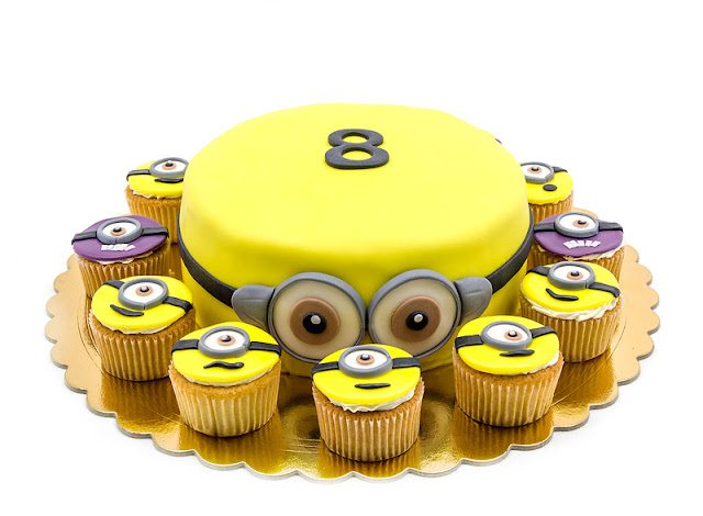 Minion cake and cupcakes Torta minioni in kolački blog shot