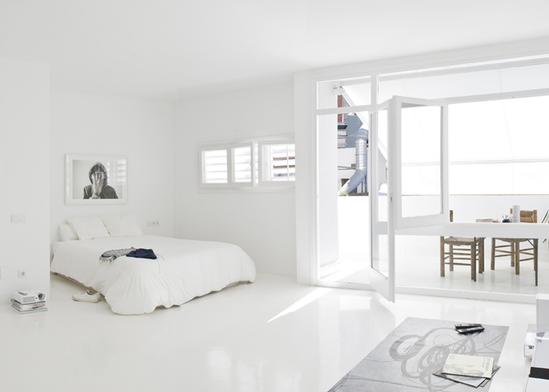 Total white apartment colombo and serboli architecture for Camera da letto total white