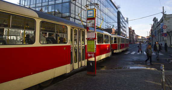 Prag'da kırmızı tramvay