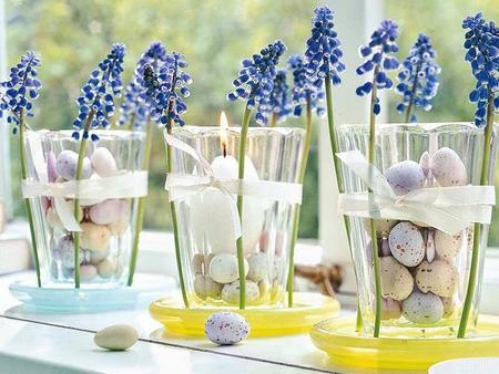 Великденска декорация – свещник с цветя