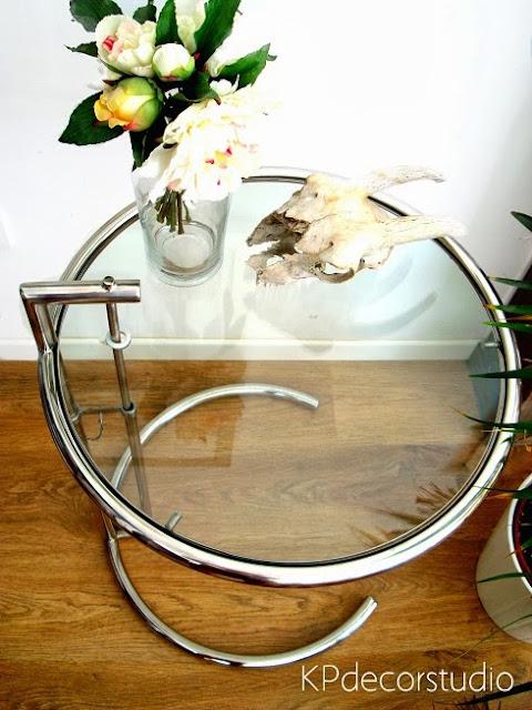 Tienda de mesas online. Mesa original de metal tubular cromado diseño Arquitecta Eileen Gray