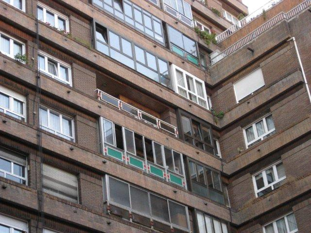 Edificio con balcones no uniformes