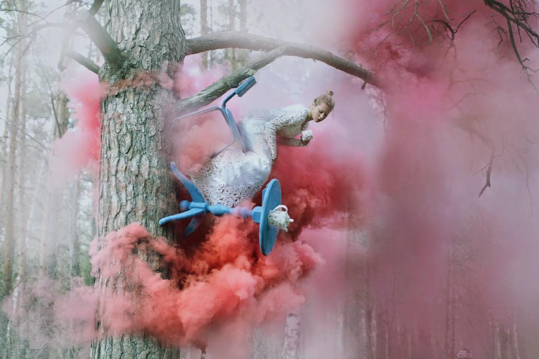 photo de Katerina Plotnikova d'une jeune femme assise sur une chaie posé sur un arbre
