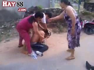 Hai mẹ con đi đánh ghen, lột truồng quần áo tình địch