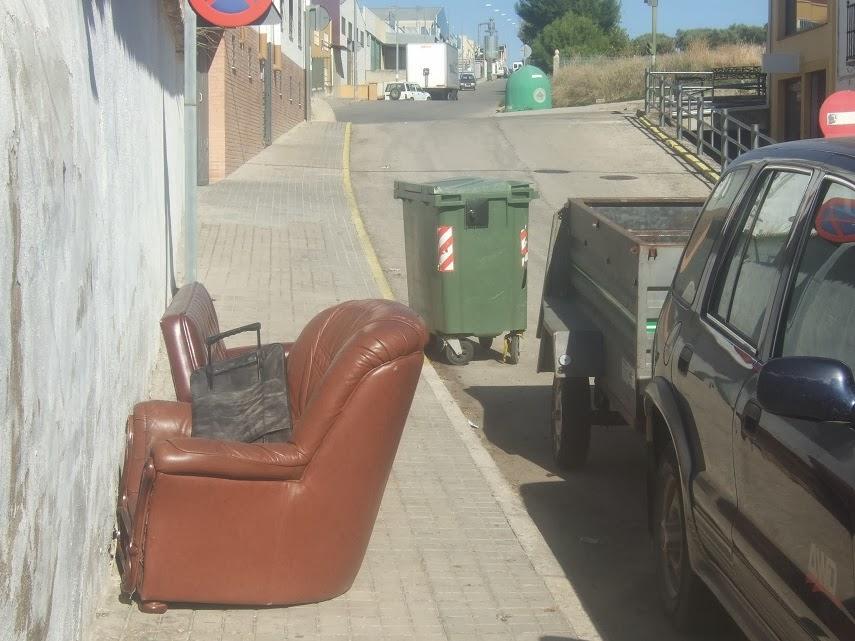 LOPERA DIGITAL: Foto de Denuncia: muebles y enseres abandonados junto a los c...