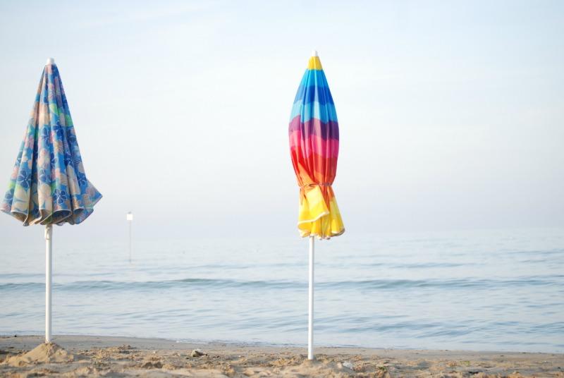 ombrelloni chiusi vacanze estive