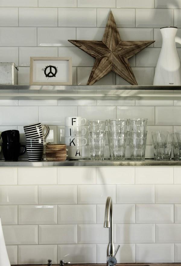 hyllor kök, rostfritt i köket, inredningsdetaljer i köket, julen 2013, kök 2013, rostfria hyllor, stjärna trä, eva solo termos, print peace, renovering köket 2013