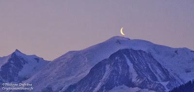 panorama des montagnes du Mont-Maudit, Mont-Blanc, Aiguille du Goûter au soir avec la lune pointant au top du Mont-Blanc