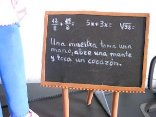 Pizarra goma eva con texto para maestra.