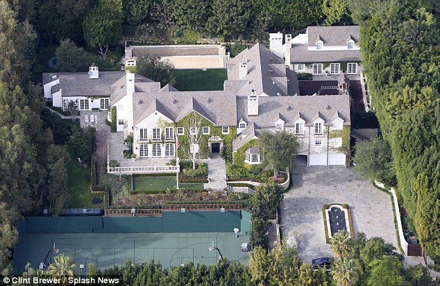 homes of the rich and famous the homes of tom cruise and. Black Bedroom Furniture Sets. Home Design Ideas