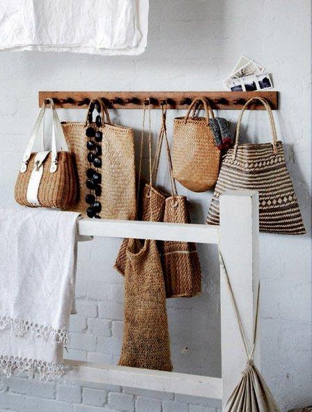 Arte y arquitectura decora con bolsos las paredes de casa - La casa de los bolsos ...