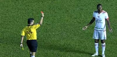 Paulão, jogador do Mogi Mirim, voltou do intervalo com a camisa 3, a mesma usada pelo Fábio Sanches, e não a 4, que era a que ele usava no 1º tempo.