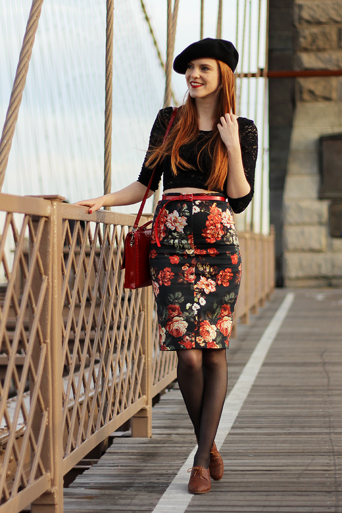Fashion blogger outfit in New York with a beret and vintage shoes on the Brooklyn Bridge