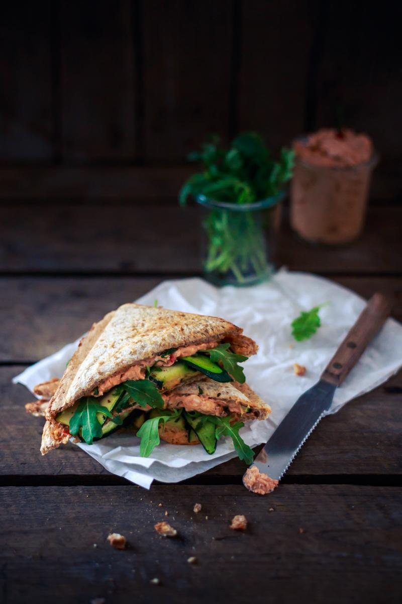 Sandwich aus dem Sandwichmaker mit Zucchini, Rucola und Chili-Fetacreme