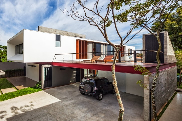 Front facade of Modern Planalto House by Flavio Castro