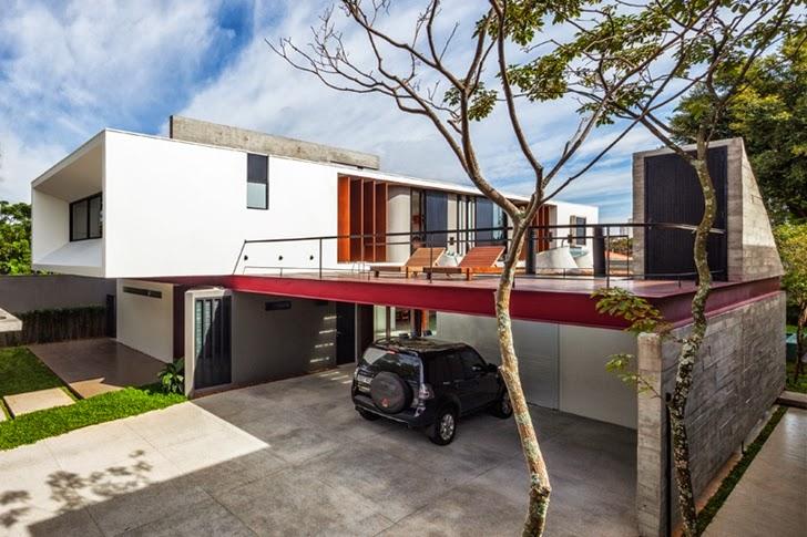 Front facade of Modern Planalto House by Flavio Castro