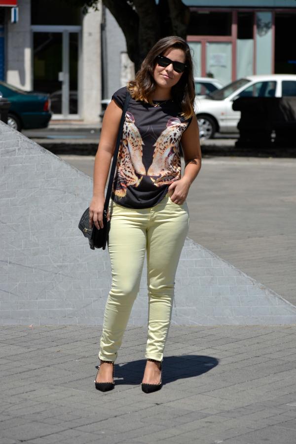 look_outfit_pantalon_amarillo_camiseta_leopardo_colgante_símbolo_infinito_zapatos_pico_pinchos_Zara_nudelolablog_01