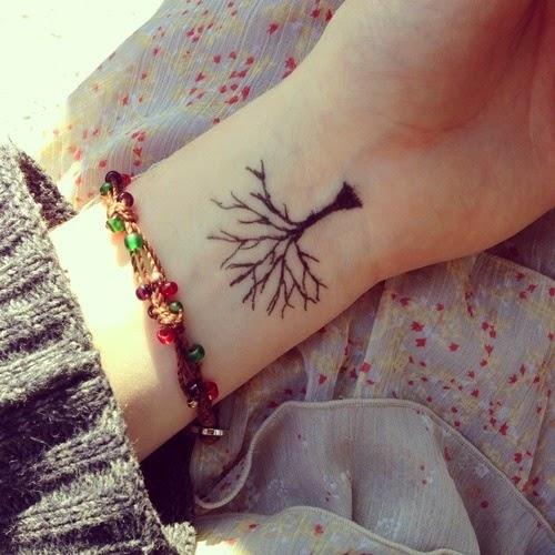 Tatuaż drzewa akurat dla kobiet