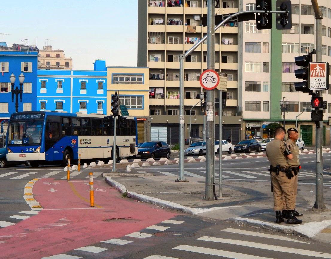 Ciclofaixa, faixa de pedestres e rampa para cadeirantes em avenida do centro de São Paulo: a educação no trânsito, que promove a convivência pacífica entre os diversos atores da cidade, se dá também pela correta sinalização e eficiente fiscalização do sistema.