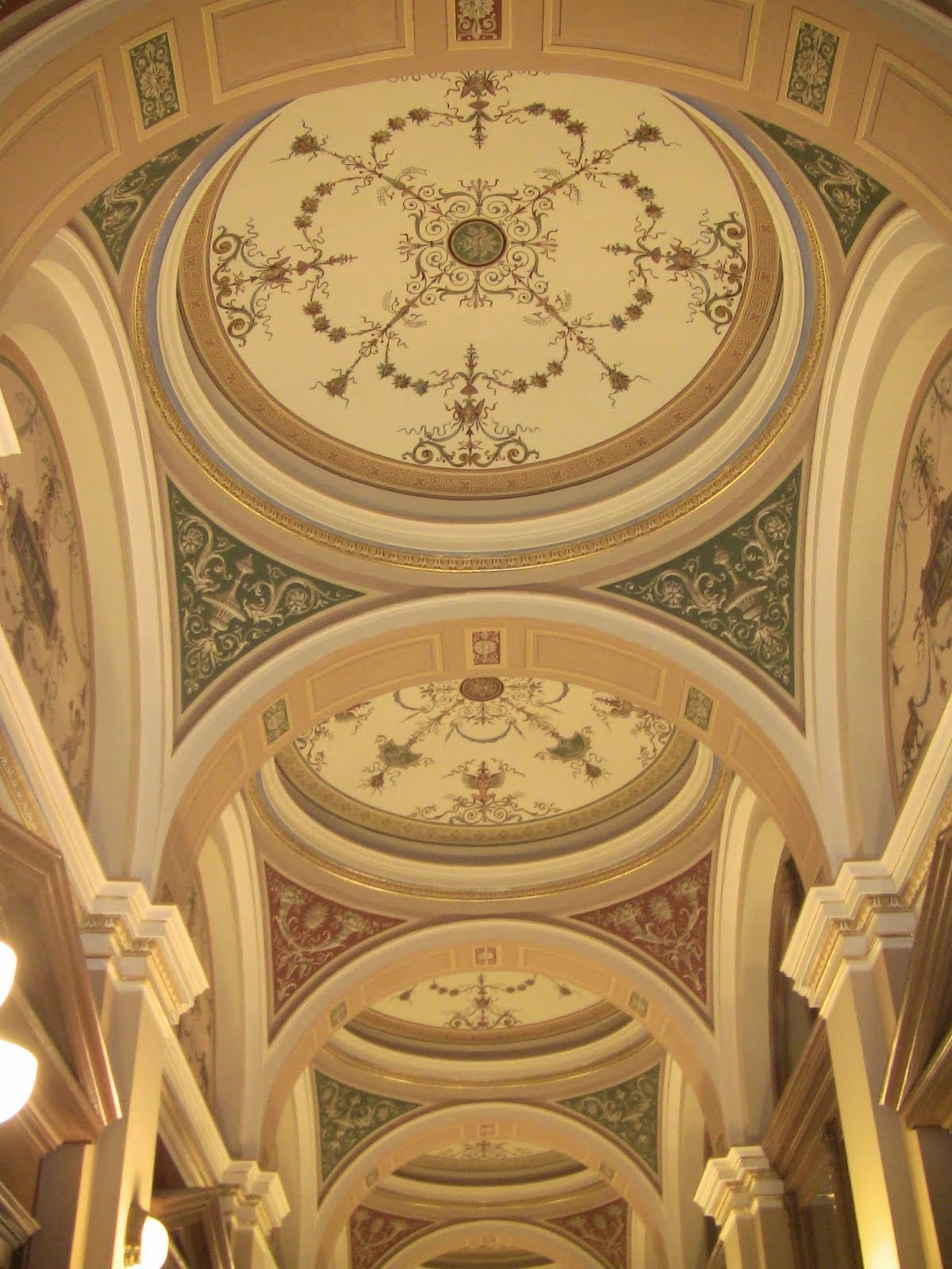 le plafond du hall du Rudolfinium