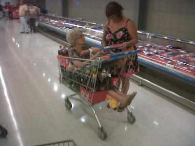 abuelita sentada en un coche de supermercado