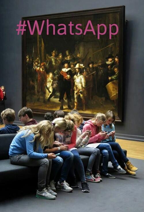 niños en museo chateando con hashtag watsapp