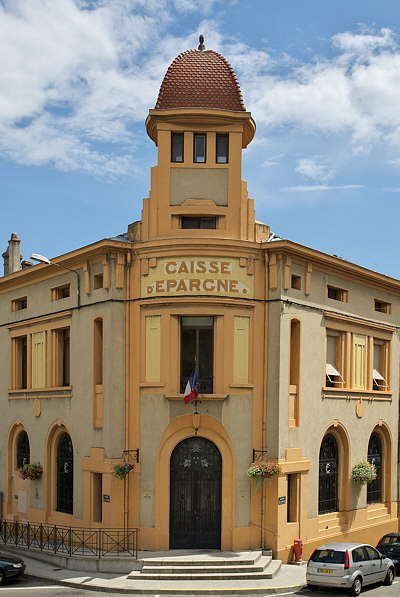 Photograph of an old looking bank building in Tournon sur Rhône