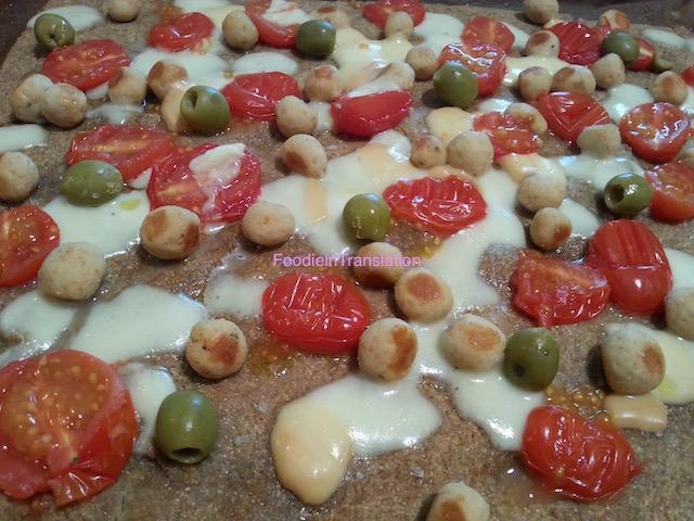 Pizza con polpettine, olive e pomodorini
