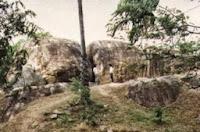 скала на которой вырезаны звездные врата Шои-Ланки Саквала Чакрая