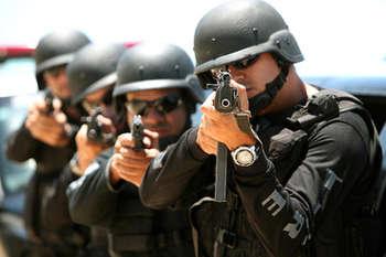 policiais de elite apontando arma simbolizando a espera pelo resultado sdpm