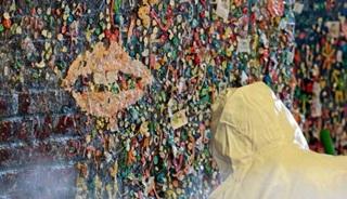 Selama 24 Tahun, Dinding Ini Penuh Permen Karet