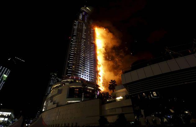 Incêndio de grandes proporções atinge hotel de luxo em Dubai
