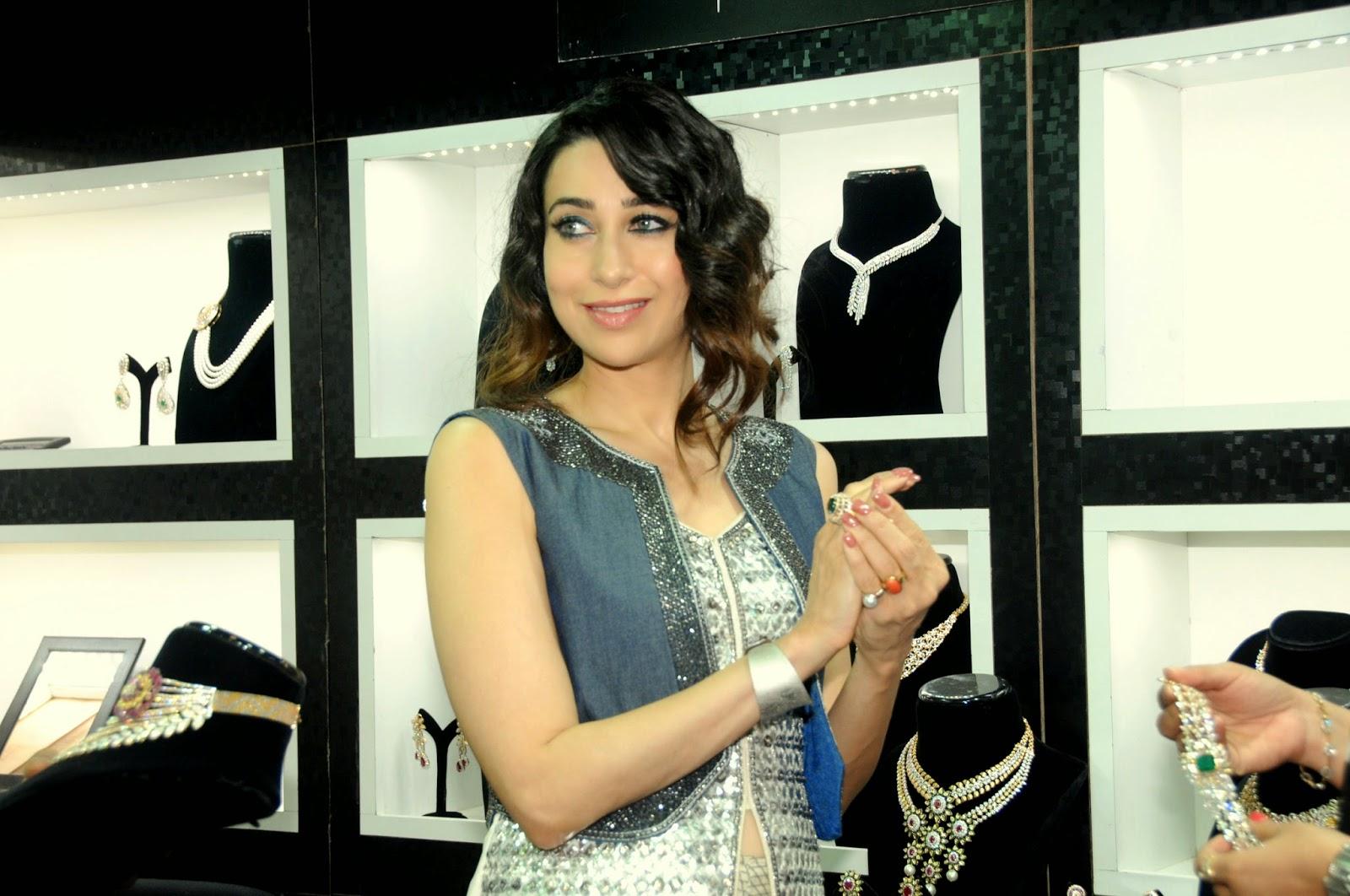 http://2.bp.blogspot.com/-OoCw07IwR5g/U6Q7pEHuEzI/AAAAAAAAMTM/e9oFpg6Z0do/s1600/12.+Karisma+Kapoor+at++GLAMOUR+(++Jewellery+Exhibition)++DSC_6343.JPG