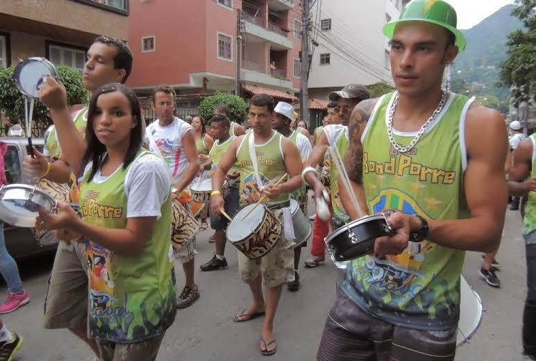 Bloco Bond Porre arrasta centenas de pessoas pelas ruas do Alto
