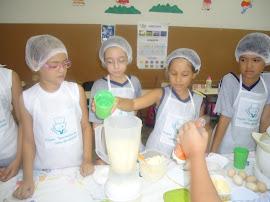 Ana Amélia contribuindo com a nossa aula de culinária.