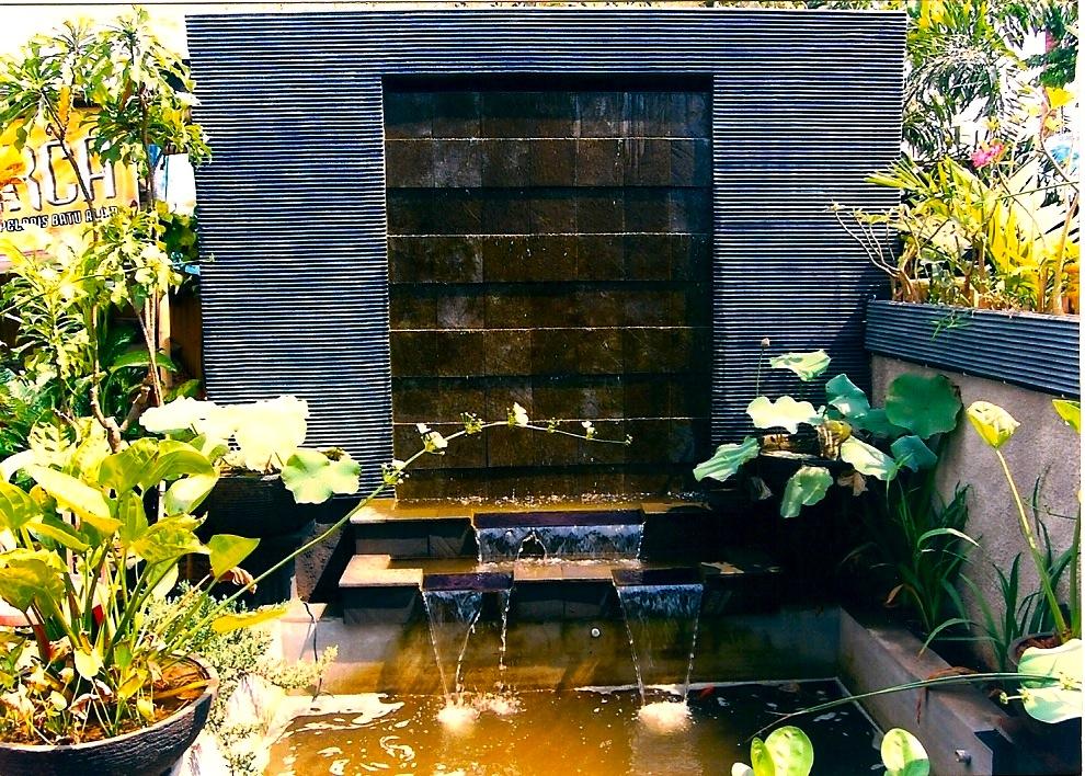kolam minimalis dengan material batu alam rumahx