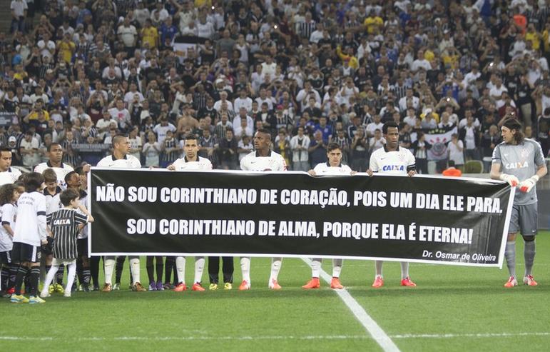 jogadores do corinthians homenagearam Dr Osmar de Oliveira na partida contra o Internacional