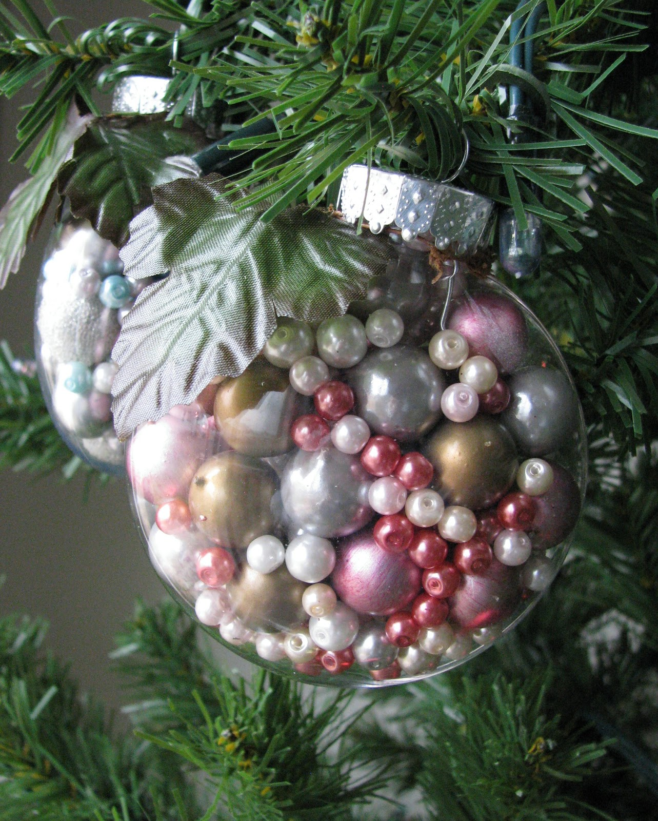 Clear christmas bulbs for crafting - 75 Ways To Fill Clear Glass Ornaments Homemade Christmas Ornaments Refunk My Junk