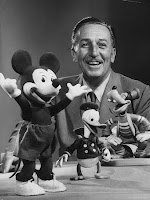 Walt Disney em foto com Mickey, Pato Donald e Pateta feitos em pelúcia