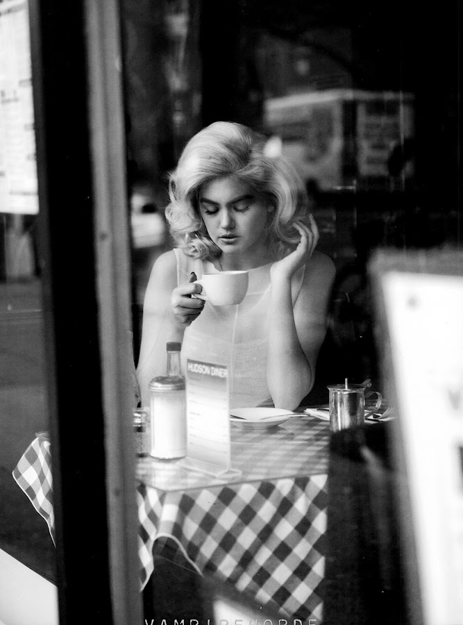 Kate-Upton-drinking-coffe-Muse-Magazine-Italy-2012-photo